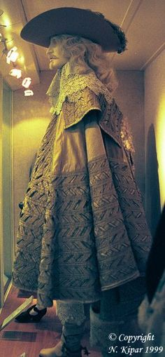 Full circle cape, 1630-1640 http://www.kipar.org/baroque-costumes/photos/costumes/male/suit3_1630_side.jpg