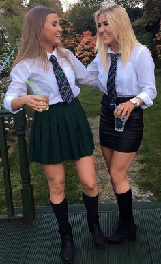 British college girls wearing uniforms with tight skirts: . British School Uniform, School Uniform Fashion, School Uniform Girls, School Boy, Catholic School Girl, Prep School, Cute Skirt Outfits, Cute Skirts, Girl Outfits