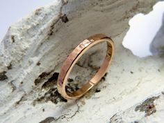 Dieser feine, zarte 333/-Rosé-Goldring lässt sich gut mit anderen Ringen kombinieren. Auch ist er sehr schön als zarter Trauring zu tragen.. Er ist handgearbeitet und mit Hammerschlag...