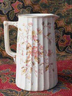 Schenkkan. Engeland. Antiek. 1900. Porselein. Gemerkt en genummerd. Hoogte: 17,5 cm.