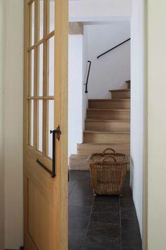 Trap en deur in eik, met smeedijzeren details