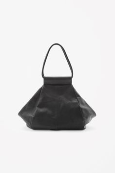Made from soft, lightly grained leather, this rounded shopper bag had a fold-out opening. With a spacious main compartment, it is completed with leather handles and a metal zip fastening. Leather / 32 x 47 x Leather Backpack, Leather Bag, Black Leather, Cos Bags, Shopping Totes, Beautiful Handbags, Shopper Bag, Fashion Bags, Big Fashion
