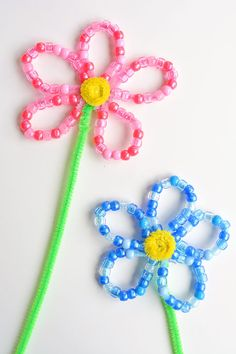 These beaded pipe cleaner flowers are so pretty and FUN! Each flower takes less than 10 minutes to make using 2 simple supplies! Such a great kids craft! Summer Camp Crafts, Spring Crafts For Kids, Camping Crafts, Pipe Cleaner Flowers, Pipe Cleaner Crafts, Pipe Cleaners, Craft Kits For Kids, Diy For Kids, Flower Crafts Kids