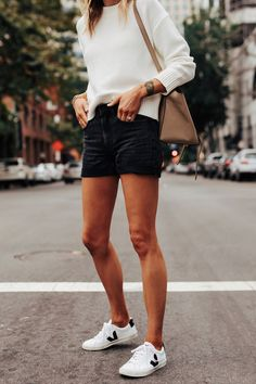 One lightweight sweater, two ways! Whether you're dressing for warmer or colder temperatures, this sweater is an absolute must-have. Black Denim Shorts Outfit, Summer Shorts Outfits, Short Outfits, Simple Outfits, Spring Outfits, Looks Baskets, Veja Esplar, Fashion Jackson, Capsule Outfits