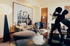 Francois Catroux interior: Vladimid Kagan sofa and Ron Arad´s Big Easy steel lounge chair 1988 Ron Arad, Dark Interiors, Wood Interiors, French Interiors, Betty Catroux, Masculine Interior, Top Interior Designers, Kelly Wearstler, Apartment Living