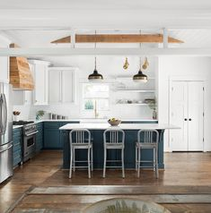 Two toned Farmhouse Kitchen Design Two-toned Kitchen Paint Color Upper Cabinets Benjamin Moore White Dove Lower Cabinets Yorktowne Green by Benjamin Moore Two toned Farmhouse Kitchen #Twotonedkitchen #FarmhouseKitchen