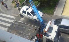 Паук однео полицијски аутомобил - http://www.vaseljenska.com/drustvo/pauk-odneo-policijski-automobil/