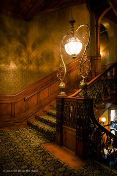 Amazing Victorian Stairs Designs With Gothic Style - TopDesignIdeas Victorian Interiors, Victorian Decor, Victorian Gothic, Victorian Homes, Victorian Stairs, Modern Interiors, Victorian Lighting, Gothic Men, Gothic Girls