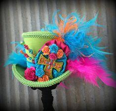 Día de los Muertos! Dit is inderdaad een feest hoed! De kleuren zijn spannend en mooi. Een comfortabele elastiek van uw keuze van kleur is gekoppeld. Ik vind dat het elastiek echt houdt van deze kleine hoeden op je hoofd en is, naar mijn mening, het meest comfortabel om te dragen en de
