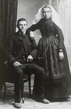Man en vrouw uit Kortgene in Noord-Bevelandse dracht. ca 1898 Jonge man en vrouw uit de arbeidersklasse, afkomstig uit Kortgene. Zij draagt een lange muts. Aan de krullen van het oorijzer hangen 'steenbellen'. Ze draagt oorbellen en een broche bestaande uit een ovalen onyx met pareltje in het midden, gezet in een geschulpte gouden rand. Dit waren meestal de sieraden die men kreeg als men in dracht ging. #NoordBeveland #Zeeland
