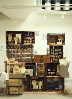 Jewelry booth display using old wooden crates - knobs on aged boards to hang jewelry pieces ♥ by proteamundi Craft Fair Displays, Craft Booths, Stand Feria, Jewelry Booth, Hang Jewelry, Jewelry Storage, Jewelry Holder, Necklace Holder, Jewelry Drawer