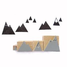 BERGE-STEMPEL • MOUNTAINS STAMPS4 cute mountain stamps fixed to a wooden handle.Size: 1-3 cms.Escape to the mountains!Fancy trying stamping these on fabric