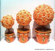 Árvore de Fuxico Laranjinha (conj. 3 un) - Conjunto de duas charmosas arvorezinhas de fuxico em tecido de algodão, com biscuit de laranjinhas e caule de canela, montadas num lindo vasinho de alumínio. <br><br>Medidas: <br> <br>Árvore Grande = Alt. 24,00cm - Diam. 13,00cm<br>Árvore Media = Alt. 21,50cm - Diam. 9,00cm<br>Árvore Pequena = Alt. 19,50cm - Diam. 7,50cm