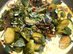 Gebratener Rosenkohl mit getrockneten Tomaten und Steinpilzen in Kokosmilch, gewürzt mit frischem Rosmarin und Basilikum.