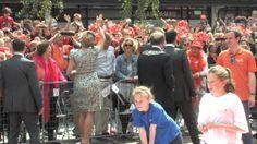 Amstelveen heeft de 1e Koningsdag op 26 april 2014. Hele ophef: de hand van burgemeester van Amstelveen  op de koninklijke billen van koningin Maximá!