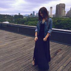 Vestido longo Preto e jaqueta jeans , look super leve e confortável sem fugir da série pretinho básico estiloso 《pinterest : @Lariifreitas 》
