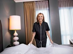 Our editor in chief Klara Glowczewska spent a day working as a housekeeper at the Waldorf Astoria Chicago hotel. See the photos she snapped of her undercover experience. Hotel Housekeeping Tips, Bedroom Color Combination, Neutral Bedding, Chicago Hotels, Bedding Master Bedroom, Hotel Services, Hotel Staff, Waldorf Astoria, Hotel Bed