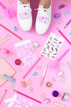 Impress your friends and show off your creativity with your DIY ideas. Japanese School Supplies, Cute School Supplies, Diy Craft Projects, Diy Crafts For Kids, Cute Stationary, Stationary Items, First Day Of School Activities, Diy Back To School, Flat Lay Photography
