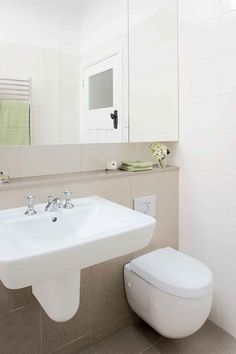 Incredible bathroom before & after renovation: from sauna to classic chic Bathroom Doors, Bathroom Flooring, Small Bathroom, Modern Bathrooms, Bathroom Before After, Stone Benchtop, Bath Surround, Linen Cupboard, Wall Hung Toilet