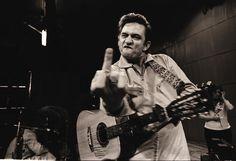 """Fotografen zeigte Johnny Cash gerne Mal den """"Stinkefinger"""". Am 26. Februar hätte Johnny Cash seinen 83. Geburtstag gefeiert. Die Country-Legende starb mit 71 Jahren, seine Musik lebt ewig. Mehr dazu hier: http://www.nachrichten.at/nachrichten/kultur/King-of-Country-Music-Erinnerungen-an-Johnny-Cash;art16,1666773 (Bild: Knesebeck Verlag)"""