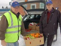 Åke Wikman och Lennart Fredriksson på väg att överlämna julkartonger till den nyligen prisade hemtjänstpersonalen.