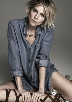 Sienna Miller looks stunning in her blue denim shirt. By the way, her image is from Observer Magazine. Estilo Sienna Miller, Sienna Miller Style, Sienna Miller Hair, Marisa Miller, Short Hair Cuts, Short Hair Styles, Pelo Pixie, Blue Denim Shirt, Winter Mode
