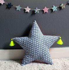 Coussin rembourré en forme d'étoile avec pompons fil fluo. - 5779235Cadeau fait a la main par le createur de mode. Decouvrez nos idees cadeaux issus des loisirs creatifschoorose
