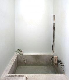 Perfeita para o relaxamento, esta banheira ganhou revestimento em cimento queimado