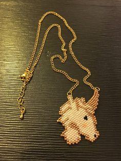 Collier Licorne Miyuki  Le pendentif est réalisé en perles Miyuki Décilas 11/0 de couleur blanc nacré, dorée, noir et rose pale. Il mesure : Seed Bead Jewelry, Seed Bead Earrings, Beaded Earrings, Beaded Jewelry, Beaded Bracelets, Peyote Patterns, Beading Patterns, Rose Pale, Beaded Animals