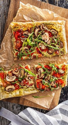 Recipe: crispy vegetable tarte flambé with peppers, brown mushrooms and arugula. Light tarte flambee for the whole family. Vegetarian filler perfect for picnics and summer. Hellofreshde / Cooking / Eating / Nutrition / Cooking Box / Ingredients / H Cooking Box, Vegetable Tart, Arugula Recipes, Hello Fresh Recipes, Brown Mushroom, Stuffed Mushrooms, Stuffed Peppers, Mushroom Recipes, Food And Drink