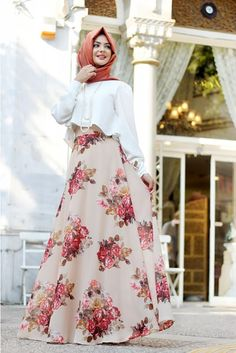Vintage floral printed flowy a-line maxi skirt delightful perk for spring summer styling. opt to slouchy fit cropped top with high-waist skirt for a Pakistani Fashion Casual, Abaya Fashion, Modest Fashion, Fashion Outfits, Fashion Muslimah, Hijab Dress Party, Hijab Style Dress, Hijab Chic, Hijabi Gowns