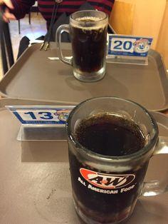 こばーと、空港のエンダー☆〜(ゝ。∂)しょっちゅうカンのルートビア飲むけど、お店のはまた違うよね( ´ ▽ ` )ノ♡大好き\(^o^)/笑