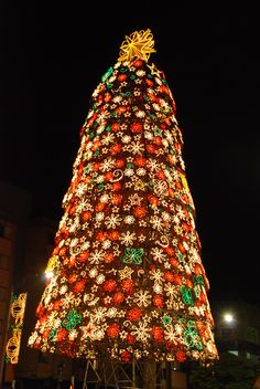 Christmas in Medellín A beautifully decorated Christmas tree in the City Center. Cool Christmas Trees, Beautiful Christmas, Winter Christmas, Christmas Nails, Christmas Tree Decorations, Christmas Lights, Christmas In America, Christmas In Europe, Latin Travel