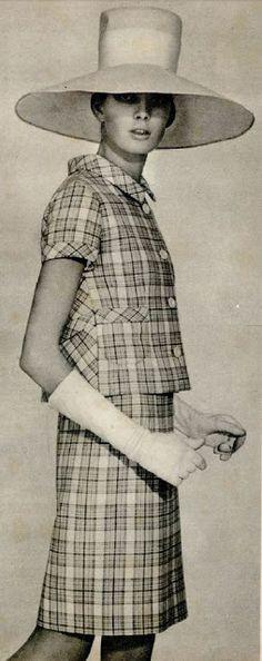 De 1967. Duas peças em gabardine de algodão escocesa. Vestido sem mangas e com decote quadrado. Casaco reto na frente e com quatro botões. Atrás é enviasado e com mantingale.
