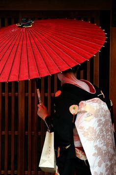 Japanese Geisha, Japanese Beauty, Japanese Kimono, Tokyo Streets, Japan Architecture, Memoirs Of A Geisha, Umbrella Art, China Girl, Japan Photo