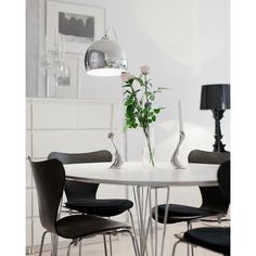Serie 7 chair by Arne Jacobsen and Supercircular table by Piet Hein and Bruno Matsson from Fritz Hansen Bo LKV Scandinavian Chairs, Scandinavian Interior, Living Room Kitchen, Living Room Interior, Black And White Dining Room, Space Interiors, Interior Decorating, Interior Design, Luxurious Bedrooms