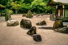 Parece que se haya detenido el tiempo en este jardín tradicional japonés del monte Koya || Time seems to have stopped at this Mount Koya's traditional Japanese Garden #montekoya #koyasan #japón #japan #osaka #wakayama #instajapan #instaasia #travel #guia (by japonismo)