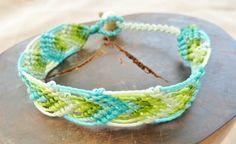 Schönes geknüpftes Armband in Makrameetechnik in den frischen Farben: hellblau/helltürkis (2 Töne), hellgrün (3 Töne) (8,9,10,16,17).  Als Verschluss dient eine Holzperle - unser beliebter Schlaufenverschluss.  Das Armband ist wasserfest