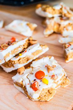 Reese's Peanut Butter White Chocolate Bark Bars by Sallys Baking Addiction Candy Recipes, Sweet Recipes, Dessert Recipes, Yummy Recipes, Reeses Peanut Butter, Peanut Butter Recipes, Holiday Baking, Christmas Baking, Just Desserts
