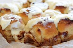 Kanelboller i form med creme cheese frosting Creme Cheese Frosting, Clotted Cream, Afternoon Tea, Scones, Food And Drink, Yummy Food, Baking, Desserts, Tailgate Desserts