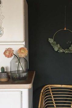 Frische Blumen Und Eukalyptus An Der Wand Als Wallhanger. #wandfarbe  #dunkel Entdecke Noch