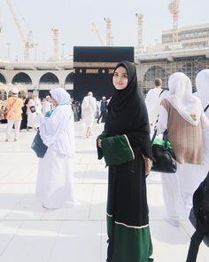 Mode Abaya, Mode Hijab, Hijabi Girl, Girl Hijab, Muslimah Clothing, Muslim Pictures, Black Hijab, Mekka, Muslim Women Fashion