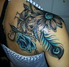 As belas tatuagens de rosas azuis para se apaixonar hoje