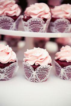 Mini cupcakes red velvet decorados con flor rosa y encaje. ¡Divinos!