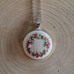 Diy Fabric Jewellery, Textile Jewelry, Embroidery Jewelry, Crewel Embroidery, Ribbon Embroidery, Embroidery Patterns, Crochet Earrings Pattern, Crochet Motif, Crochet Patterns