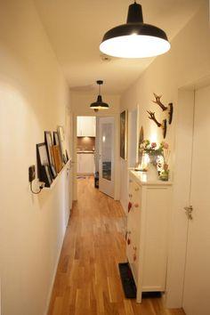 Heller Flur mit Fotoboard und schmaler Kommode in weiß.  Wohnen in Hamburg.  #Hamburg #Flur #corridor #hallway