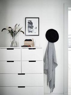 Neutral home with black accents Scandinavian Interior Design, Diy Interior, Scandinavian Home, Interior Exterior, Interior Styling, Swedish Design, Danish Design, Nordli Ikea, Home Bedroom