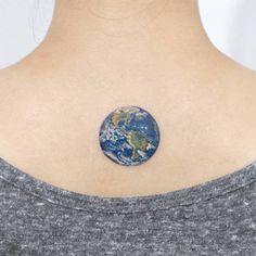 modele petit tattoo nuque terre en couleur planete bleue