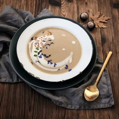 Quick chestnut soup - the perfect starter in the Winter Jet& Kitchen Schnelle Marronisuppe / Maronensuppe Rezept Herbstsuppe Herbstrezept, Fall Crockpot Recipes, Fall Recipes, Soup Recipes, Snack Recipes, Soup Appetizers, Healthy Appetizers, Chestnut Soup Recipe, Soup Starter, 30 Minute Meals