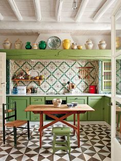 crédence cuisine en carreaux de ciment multicolores, poutres apparentes en bois massif et table rectangulaire assortie